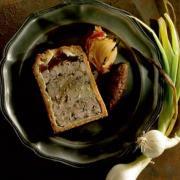 Pate en croute au foie gras et ris de veau chutney d oignon doux des cevennes